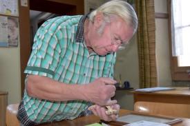 Quand il n'arpente pas les forêts en quête de champignons ou ne les étudie pas, Raymond Gumy, ferblantier appareilleur de métier, vend de vieux outils sur les brocantes. ©Pauline Montone
