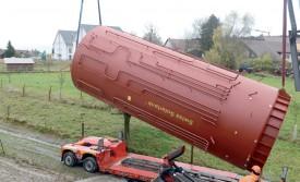 En raison des mauvaises conditions météo, l'installation du réservoir a dû être reportée d'un jour. ©Michel Duvoisin