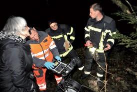 Grâce à la caméra télescopique prêtée généreusement par l'entreprise Cand-Landi, les pompiers ont pu rapidement localiser la chienne, coincée douze mètres plus loin. ©Michel Duperrex