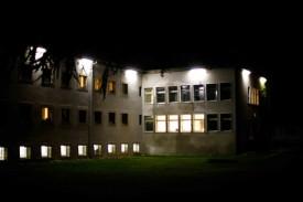 Les établissements, ici la colonie, ont besoin d'électricité jour et nuit.