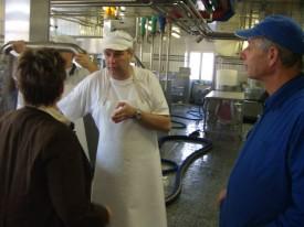 Jean-Pierre Grin (à d) avec le fromager de Pomy Yves Dombald, l'automne dernier, lors d'une visite d'Economie Suisse aux acteurs de l'agro-alimentaire du Nord vaudois.