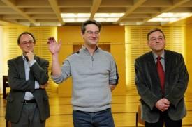 Bernard Gigon prête serment, entouré de Frédéric Rohner, municipal, et du syndic Linus Auer (à d).