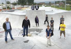 Les différents acteurs ayant travaillé à la construction du skatepark du parc des Rives se sont rencontrés, hier, pour la remise de l'ouvrage. Il ne reste que les travaux de finition à réaliser avant l'ouverture. © Michel Duperrex