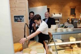 Laurence Tardy, en plein coeur du magasin, là où les clients de L'Auberson et d'ailleurs aiment venir chercher leur fromage, directement depuis son lieu de fabrication! Pascal Broulis et le préfet Albert Banderet ont le sourire, juste avant d'avoir le droit d'y goûter!