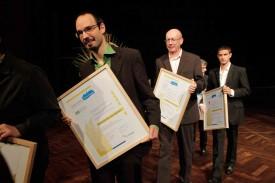 Cédric Pillonel arbore le diplôme attestant de l'attribution du label Cité de l'énergie.