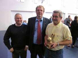 Francisco Victorino, responsable des inspections, et Michel Despland, président de la commission des arbitres de l'ACVF, félicitent l'Yverdonnois Sergio Del Degan, Sifflet d'Or 2010 (à droite)!