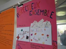 Les élèves ont réalisé des posters pour montrer ce qu'ils ont retenu de cette action. Une classe a collé deux enveloppes, une qui déborde de mots doux, et une pour les mots amers qu'il faut «emprisonner pour le bien de tous».
