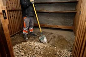 Le sol des caves est débarrassé des galets et bétonné.