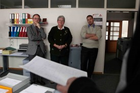 Jean-François Ballif, président du Conseil, annonce la nouvelle... Suspense à Montagny! Frédéric Rohner, la préfete Pierrette Roulet-Grin et Pierre-Alain Lunardi sont en train d'apprendre que le premier est élu!