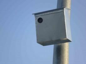 Le boîtier contenant une caméra factice.