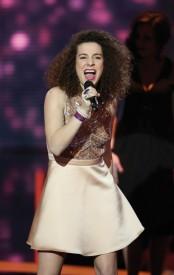 Amandine, lors de son interprétation de la chanson «Besoin d'amour», de France Gall. © Laurent Vu / Shine / TF1 / Bureau233