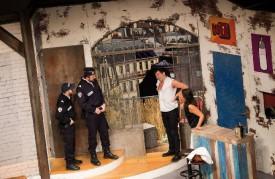 «A gauche en sortant de l'ascenseur» regroupe neuf comédiens dans une mise en scène renversante. DR