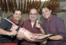 De g à dr: Frédéric Perusset (boucher), Béat Jenni (éleveur de porcs) et Grégory Perusset (traiteur): les partenaires régionaux du projet. © Michel Duperrex