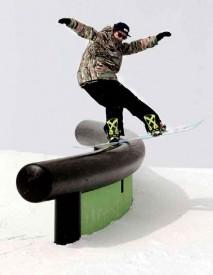 Lucas Baume sur le C-rail de Laax, le style au coeur de ses préoccupations. © Philipp Ruggli
