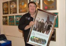 Alain Morisod et Sweet People viennent d'ajouter un nouveau titre à leur riche palmarès: un triple disque de diamant pour 3,5 millions de disques vendus au Québec! © Raposo