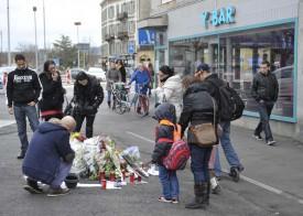 Depuis samedi, de nombreuses personnes s'arrêtent sur la place Bel-Air afin de se recueillir et déposer mots et fleurs à l'endroit du drame.