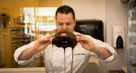 Christophe Bonzon lors de la préparation de son chocolat qu'il utilise dans ses diverses compositions.