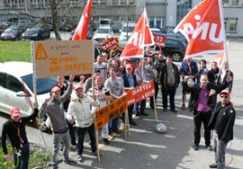 Les 32 employés licenciés manifestent avec l'aide d'Unia.