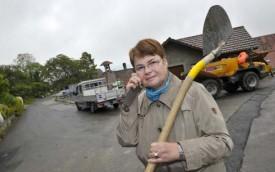 Ginette Duvoisin aurait aimé voir la tranchée déjà comblée héberger la fibre optique dont auraient bénéficié les habitations alentours.