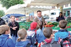 Maryline et Loïc Nozahic ont d'abord fait le marché avec les élèves. ©Michel Duperrex