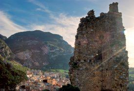 Vue sur Collesano depuis le château médiéval qui surplombe la ville. ©DR
