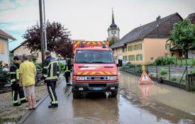 A Cronay, les membres du Service de défense incendie et de secours (SDIS) du Nord vaudois ont été déployés pour une quinzaine de cas d'inondation. ©Carole Alkabes