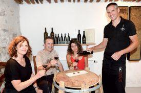 Au Vignoble Cousin, à Concise, Guy Cousin fait déguster un de ses cépages à Astrid Goël, Christophe et Martha Carrard (de g. À dr.). ©Michel Duperrex