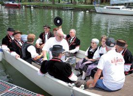Les yodleurs de l'Echo du Gros-de- Vaud et de Démoret ont débarqué vers un public conquis d'avance. ©Carole Alkabes