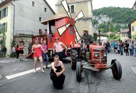 Les «danseuses» du Moulin rouge de la Jeunesse de Champvent ont attiré les regards lors de leur show. ©Michel Duperrex