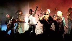 Le chanteur Amadou Diolo et son groupe ont conquis le public, samedi soir, sur la grande scène. ©Michel Duperrex