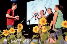 Quentin Cuenoud dirigeait le trio formé par Marine Audemars, Cléa Petrovic et Clélia Scandurra (de g. À dr.) pour leur interprétation de «Je vole». ©Michel Duperrex