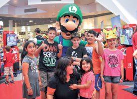 Affublé du costume de Luigi, Neal Rebetez a enchanté les petits Yverdonnois. ©Carole Alkabes