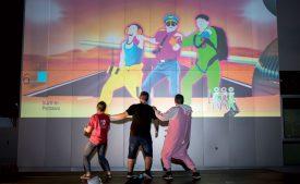 Même la nuit, il n'y avait d'heure pour danser devant un bâtiment d'Y-Parc. ©Gabriel Lado