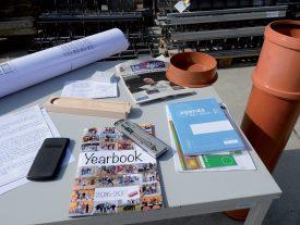 Plusieurs objets et documents actuels ont été scellés dans un tube, dont l'édition d'hier de La Région Nord vaudois. ©Michel Duperrex