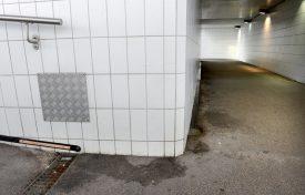 De nombreuses traces d'urine sont visibles sur les murs et le sol. ©Michel Duperrex