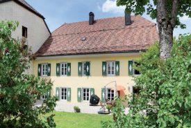 La cure de l'Abbaye figure dans la liste des vingt édifices proposés à la vente. ©DR