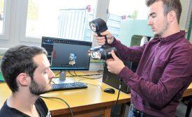 Les étudiants du CPNV Sylvain Bardera (à g.) et Valentin Claret font la démonstration du scannage 3D d'un visage, grâce à de la lumière blanche. ©Carole Alkabes