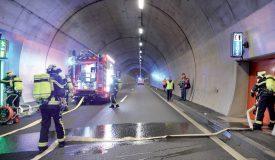 Les douze pompiers du SDIS régional du Nord vaudois ont mis plus de temps que leurs collègues d'Estavayer-le-Lac avant de s'attaquer au feu. ©Michel Duperrex