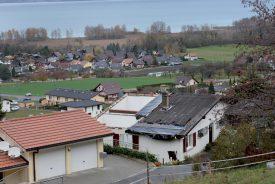 Sur les hauts de Cheyres, le toit de la villa d'André Jaccard, ancien syndic de la commune fribourgeoise, s'est envolé. ©Michel Duperrex
