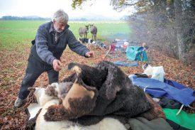 Sur le campement, rien de tel pour se réchauffer que des peaux de moutons. ©Carole Alkabes