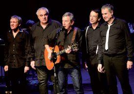 Michel Bühler avec les quatre chanteurs du groupe Entre 2 Caisses. ©Michel Duperrex