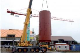 L'énorme citerne, d'une capacité de 85 000 litres, pèse 22 tonnes, pour une hauteur de 10 mètres. ©Michel Duvoisin