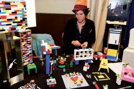 Isabel Amián a exposé ses créations de bijoux et accessoires en Lego. ©Gabriel Lado