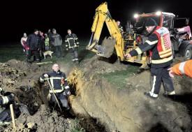 Des mètres cubes de terre ont été retirés avec la pelleteuse, afin de sauver le petit toutou. Une opération délicate, puisqu'il faut déterminer le point exact de section du tuyau. ©Michel Duperrex