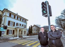 Les municipaux Philippe Duvoisin et Cédric Roten en février dernier, devant le feu fraîchement installé à la rue Neuve. ©Alkabes-a