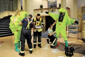 La présence de chlore a incité les pompiers à se vêtir de tenues spéciales. Un problème de mélange acide chlorhydrique-eau de Javel semble être en cause. ©Michel Duperrex