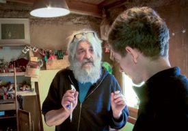 Claude Luisier transmet ses connaissances dans la fabrication de balafon au menuisier Emmanuel Kohl. ©Charles Baron