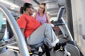 Grâce à la sortie fitness initiée par Céline Gomez, Chantal Tchouateu, hémiplégique, arrive à bouger et muscler la moitié de son corps paralysé. ©Michel Duperrex