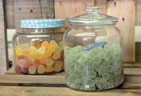 Les bonbons sont un des nombreux produits disponibles en vrac. ©Michel Duperrex