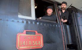Guillaume Troutet (à dr.), qui a aussi travaillé sur la plus grosse locomotive à vapeur d'Europe, a formé Eric Chevalley, professeur d'économie à la HEIG-VD. ©Charles Baron